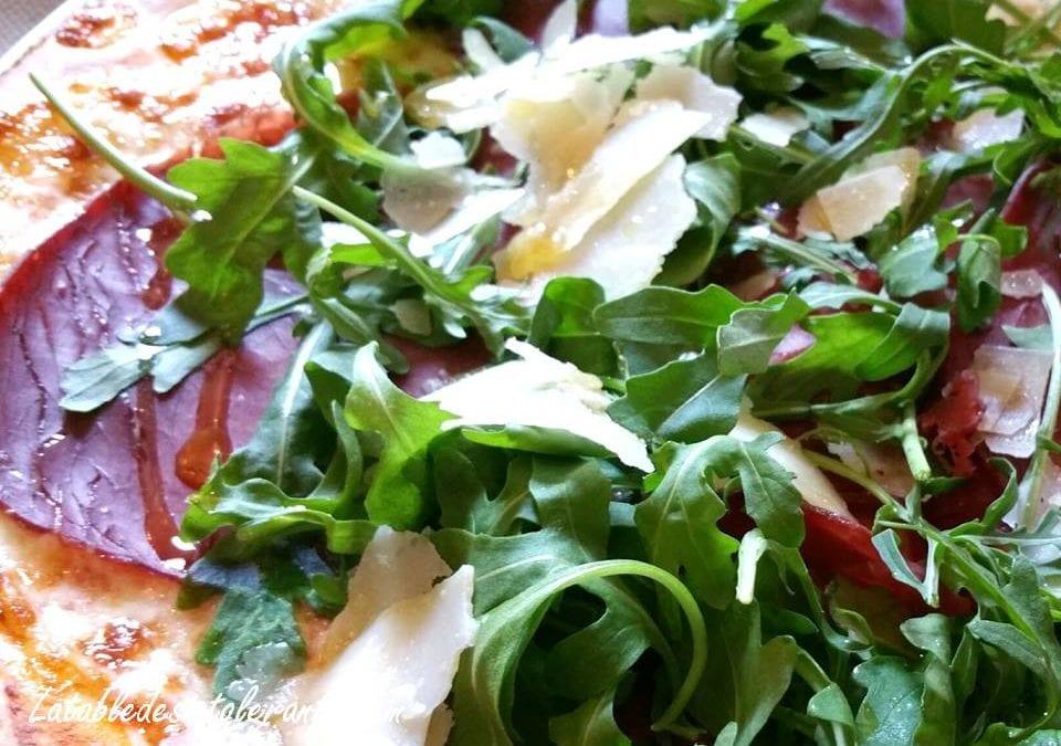 PIZZA À LA BRESAOLA ET À LA ROQUETTE sans gluten, avec ou sans lait, sans sucre, sans levure